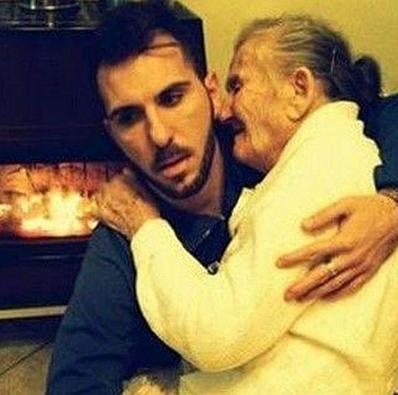 Un joven cuida de su abuela enferma de alzheimer
